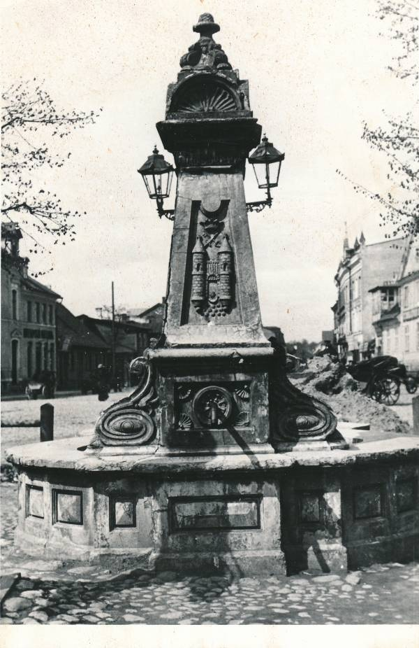 Henningi plats: a postment with decorations at the beginning of St Petersburg t. There is probably a sign of the milestone: on the side of gas lamps, on the top of the city of Tartu, the form of vapour, etc. Tartu, 1914.