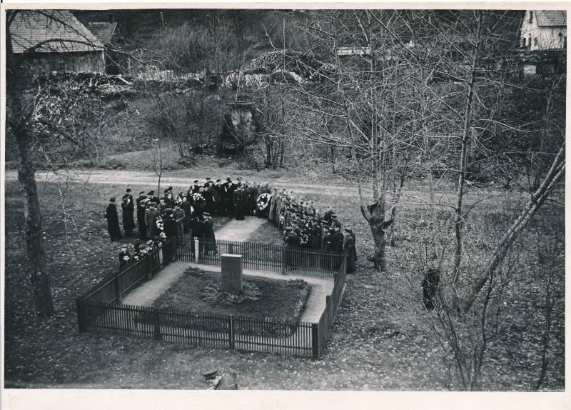 Tartu employees' train run. Placement of pearls on the grave of the victims of the revolution in the radius cruise hole. 1956