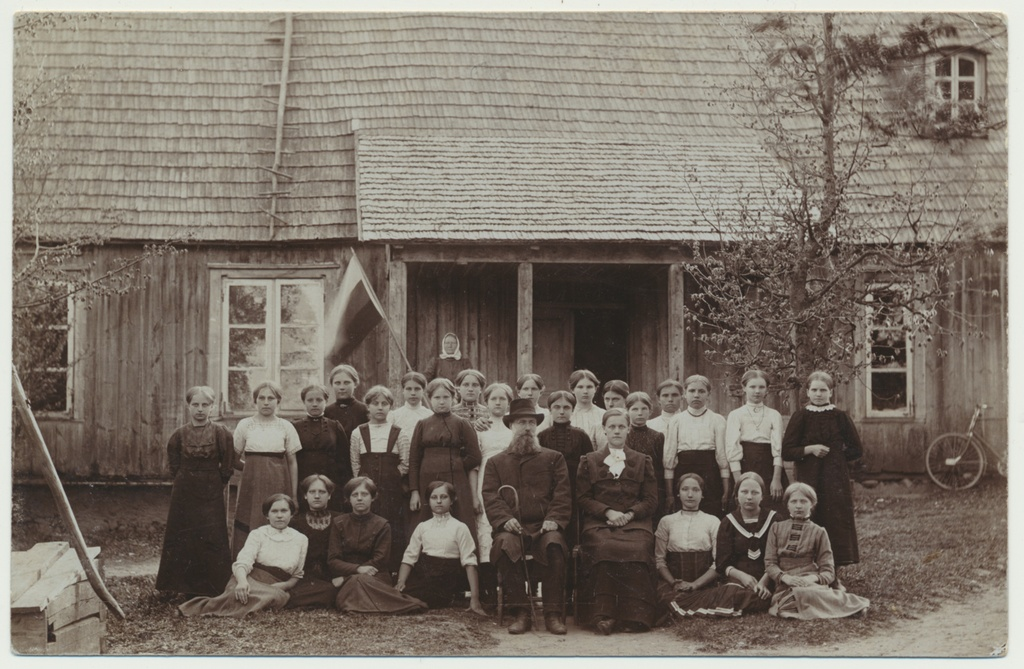 Photo Exhibition girls' school, group in front of the house, including köster A.S.Tilzen approx. 1910