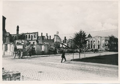 War breaks: Narva Street (see at the corner of Raatus and Narva t). Behind the right pharmacy building (also known as the Lille pharmacy) ruins at the corner of Narva and Hobuse t. Tartu, 7.09.1941. Photo: e. Selleke.  duplicate photo