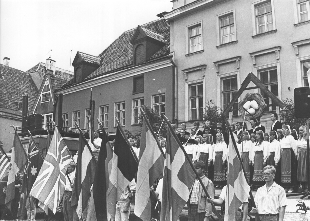 Photo. Global Estonian youths are held at Tallinn Raeplats in the 1990s. In July.
