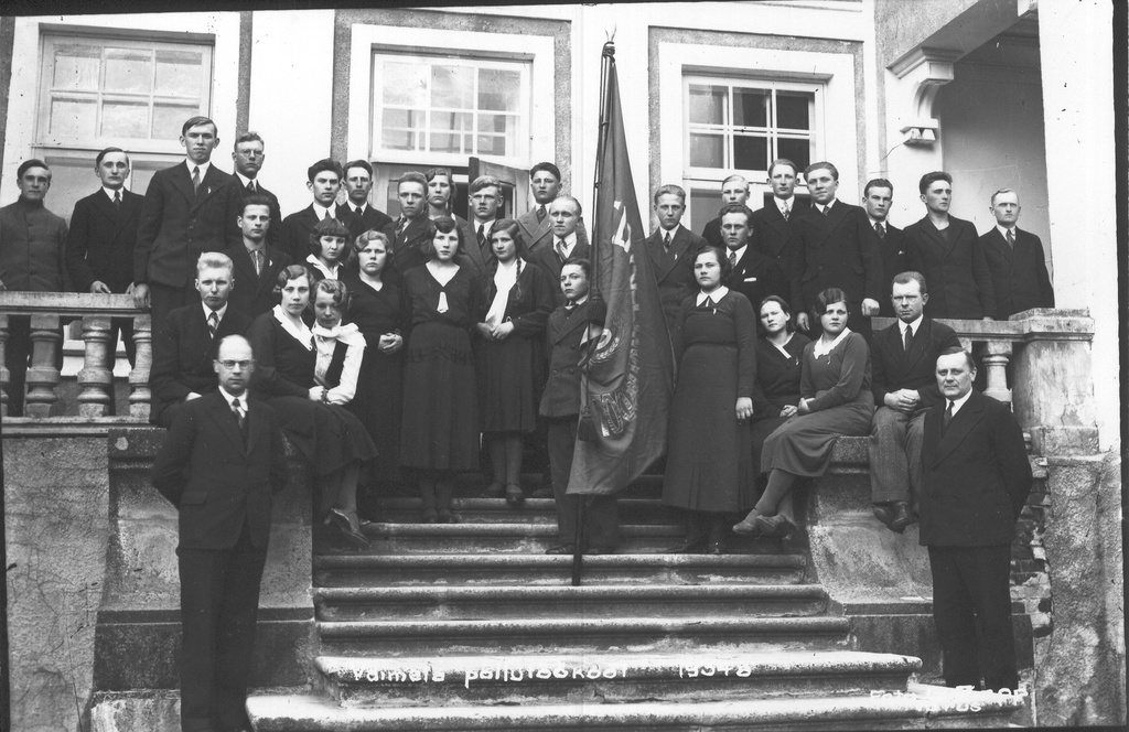 Photo. Students and pedagogues of Väimela Agricultural School in 1934. At the school stairs.