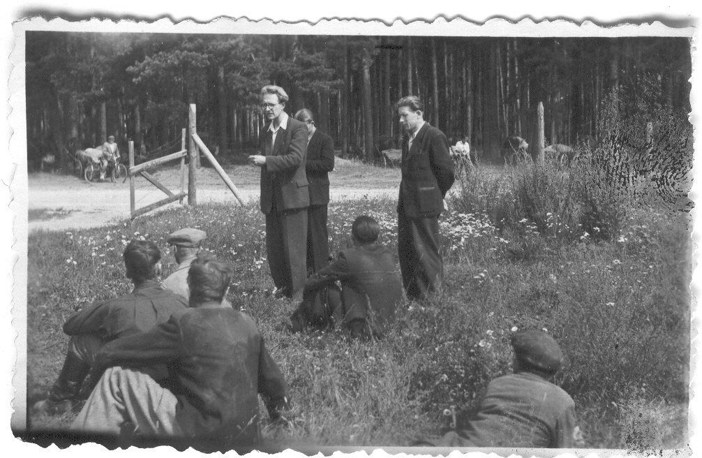 "Photo. Elmar Kuld, secretary of the Governing Committee of the ECB Vasseliina Regions, welcomes Obinitsa members of the ""University"" colony in the event of rewarding. August 1951."