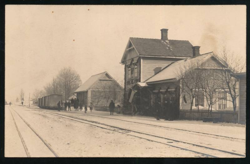 Photo postcard, Olustvere railway station, wagons, people and station building