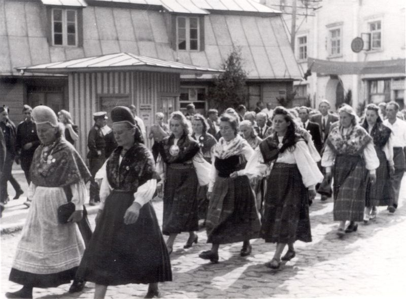 Photo. Läänemaa Song Festival Train Train Train Train Train in Haapsalu. Women in the clothes walk on the front of the house of Karja t. 5. 1947.