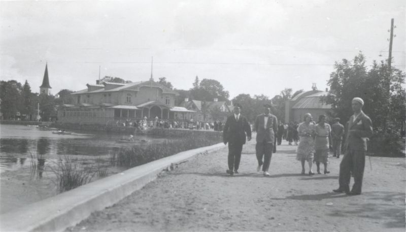 Photo. A people walking on the big Promenade. 1930s. The album of the City Government.
