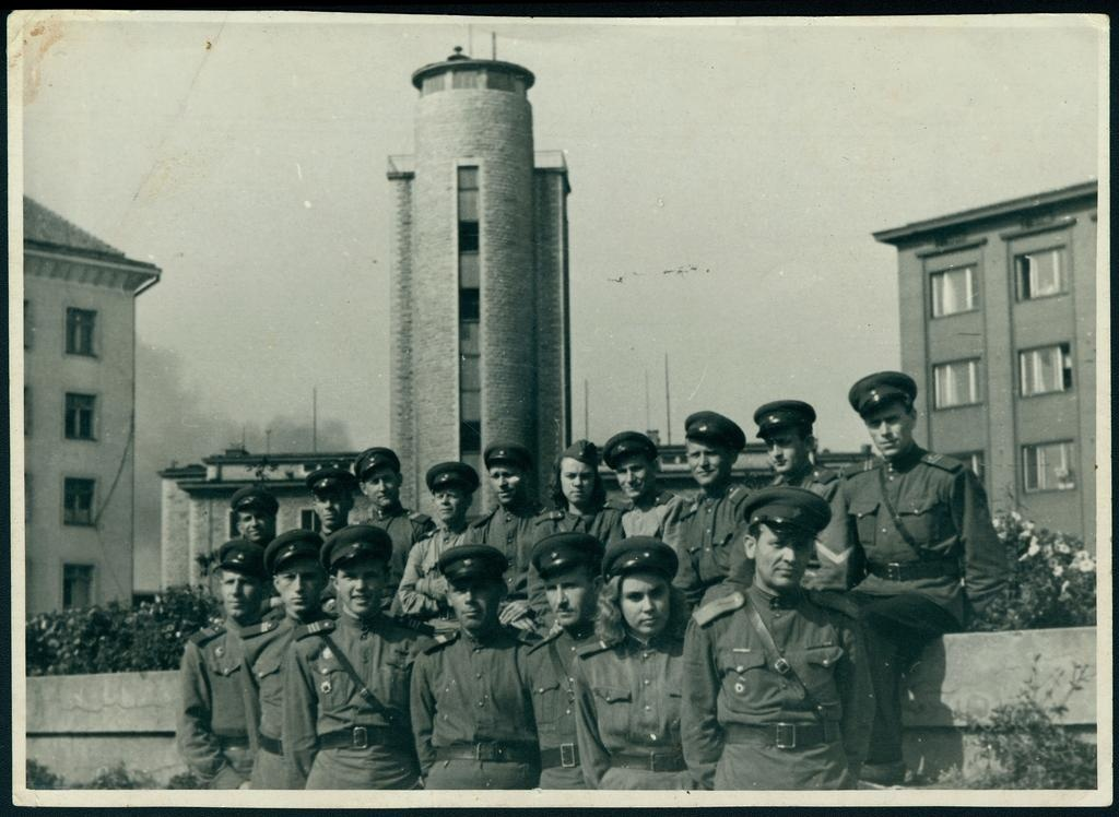 Group photo: ISTÜ Guard Raua tn 2 against the background of the fire extinguishing building.