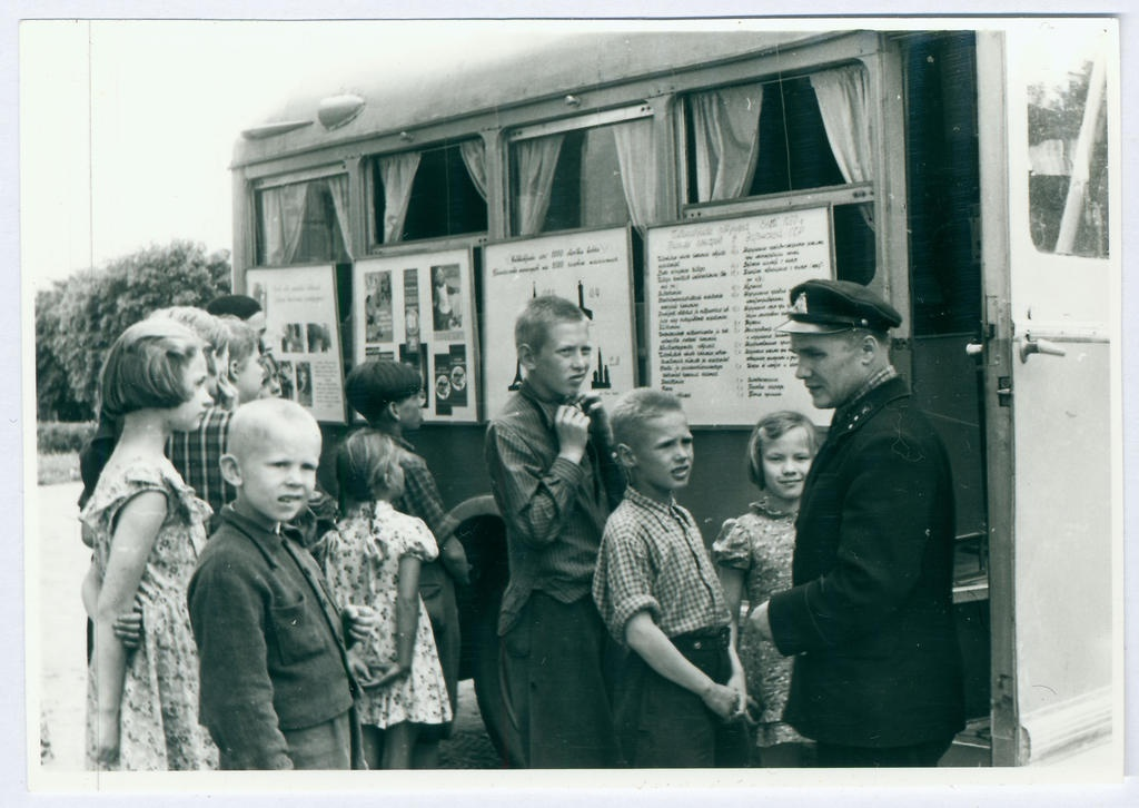 J.Lillmaa talks with students at the firefighting agitation car in 1959