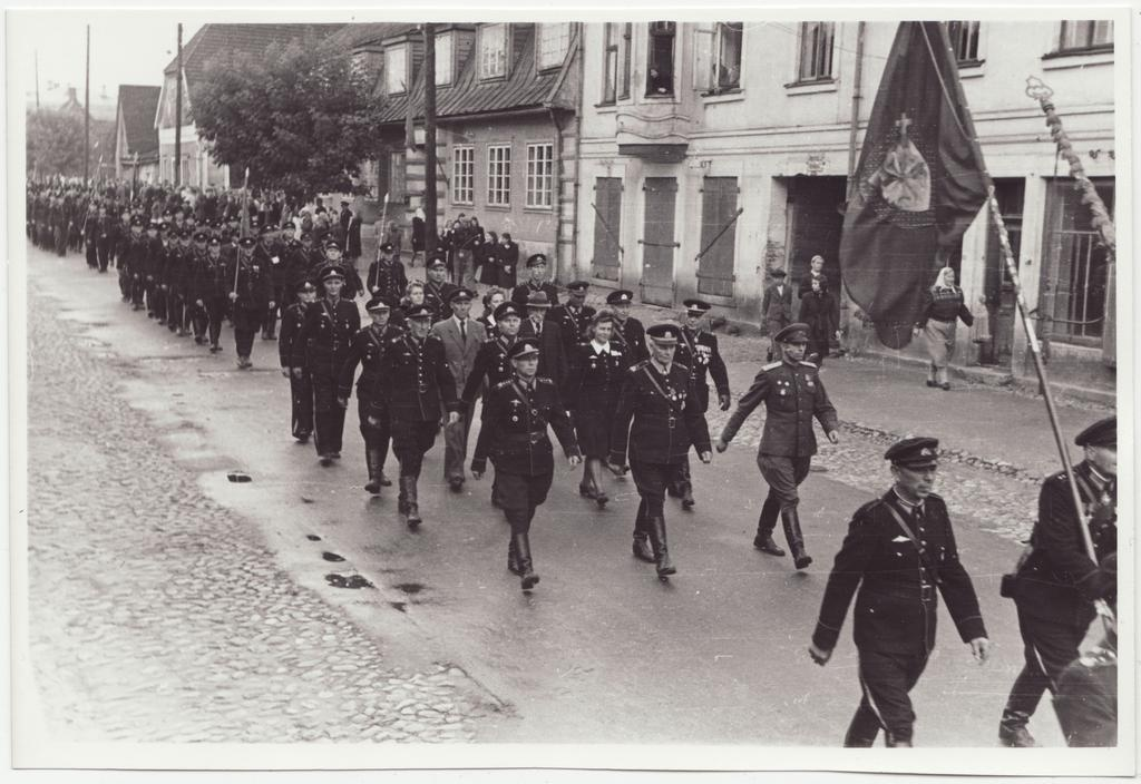 The 80th anniversary of Viljandi VTÜ: marching the colonel of members of the Society, 1948.