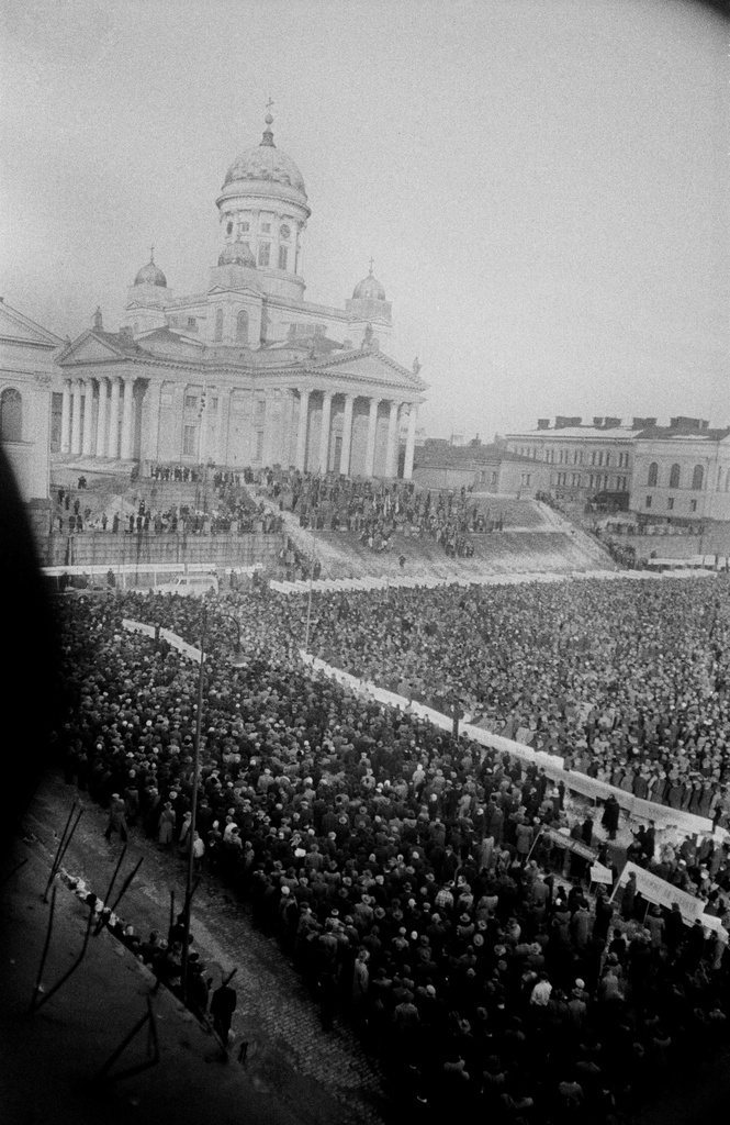 The demonstration at the Senate in front of the Grand Church (= Helsinki Cathedral) during the general strike, described in the window of the main building of the University of Helsinki.