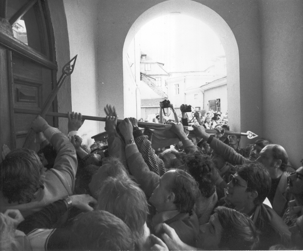 Photo. 15 May 1990. At 16.20 the intrigues attacked the Toompea Castle.