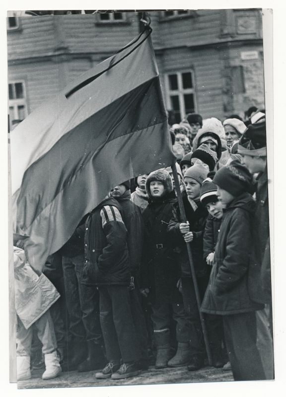 Photo. The Leinamiiting for the support of the Lithuanian people at the Haapsalu Lossiplats 14.01.1991. Black and white.