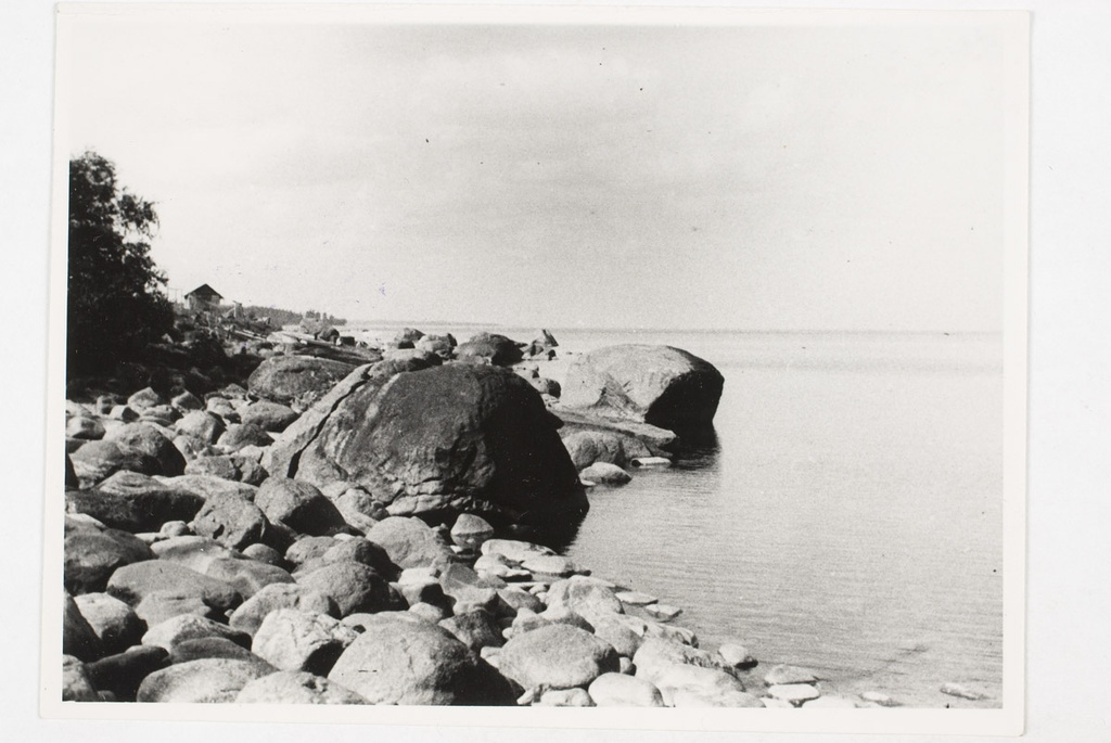 Larger stones on the beach under the village of Utria.