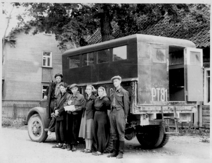Photo of the Florist expedition participants at the truck at Kärdla Vabaduse st in 1956.