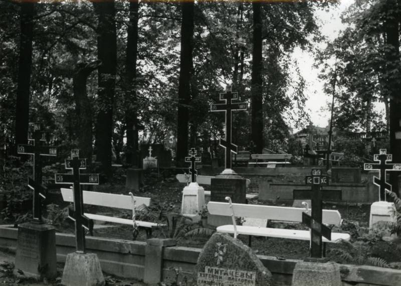 The cemetery of the Old Believers (with the crossroads of Rose and Raspberry t). Tartu, 1981.