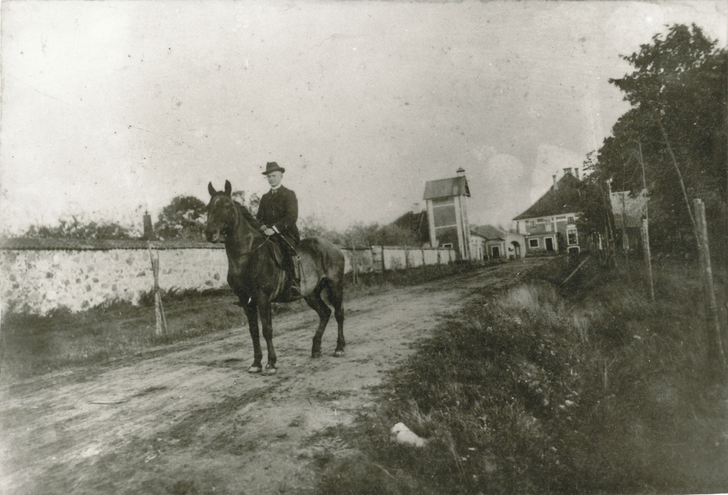 Photo. View of one entry route to Väimela Manor before 1910. On the horse Ludvig Arras, assistant ruler of Väimela Manor.