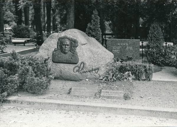 Tartu city view. The grave of Professor Artur Linkberg (1899–1970) at the Radi cemetery. 18.08.1984.