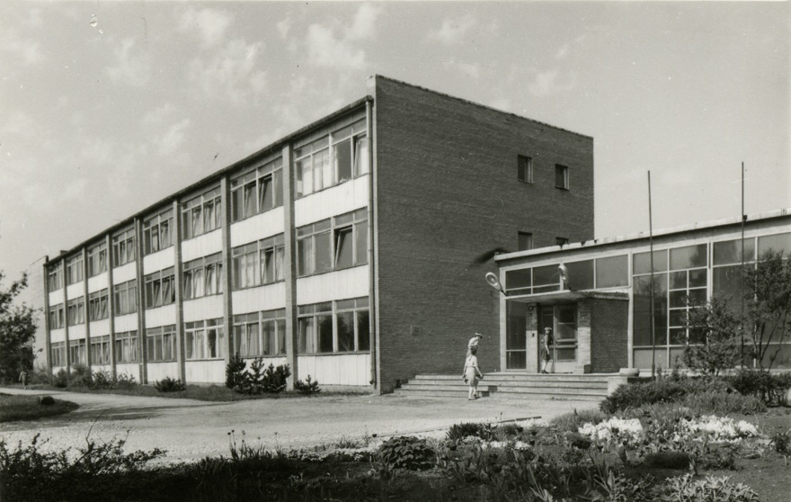 Special secondary school in Tartu, view of the building from the corner. Architect Raul-Levroit stone