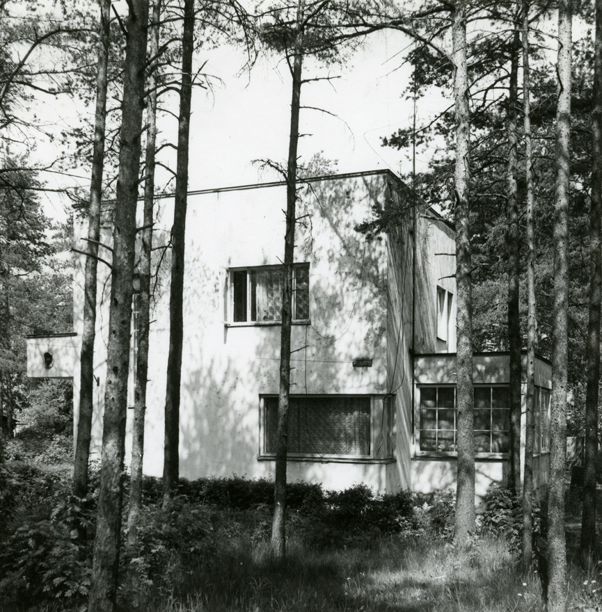 Private house in Tallinn Nõmmel Sõbra 29, view of the building from the left. Architect Robert Natus