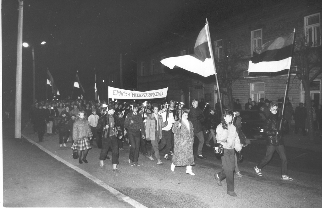 Photo. October 21, 1988. VSK no.1 Guests of the first anniversary on the way from Võru kalnter to the city.