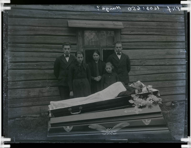 Glass negative, funeral in Vissuvere, Manager of Jüri farm Hans Treier in wooden shirt in the 1920s-1930s.