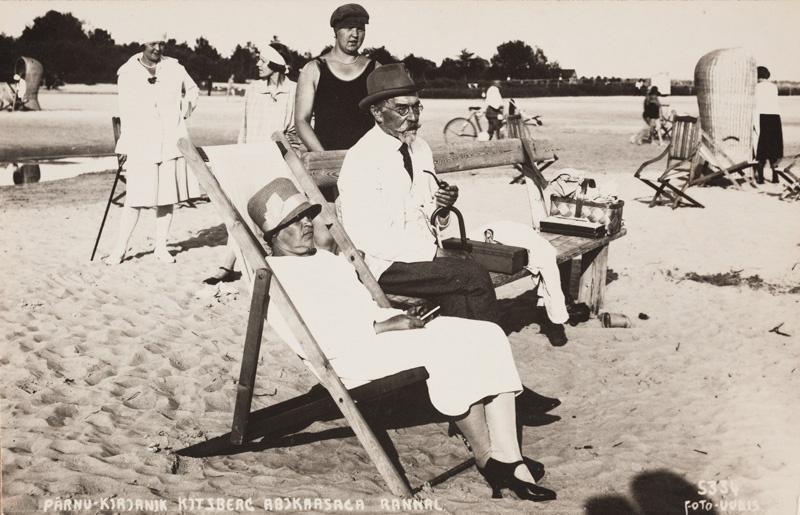 August Kitzberg with his wife on the beach of Pärnu
