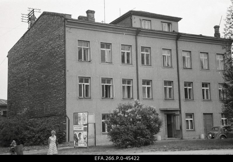 The building is Pärnu Road 41, where the Central Council of VSÜ Kalevi is located.