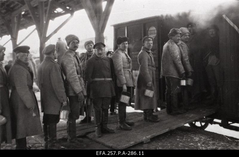 [1. Artillery Road 4 Battery soldiers before driving to the front at Nõmme Station at the kitchen car in the dining order].