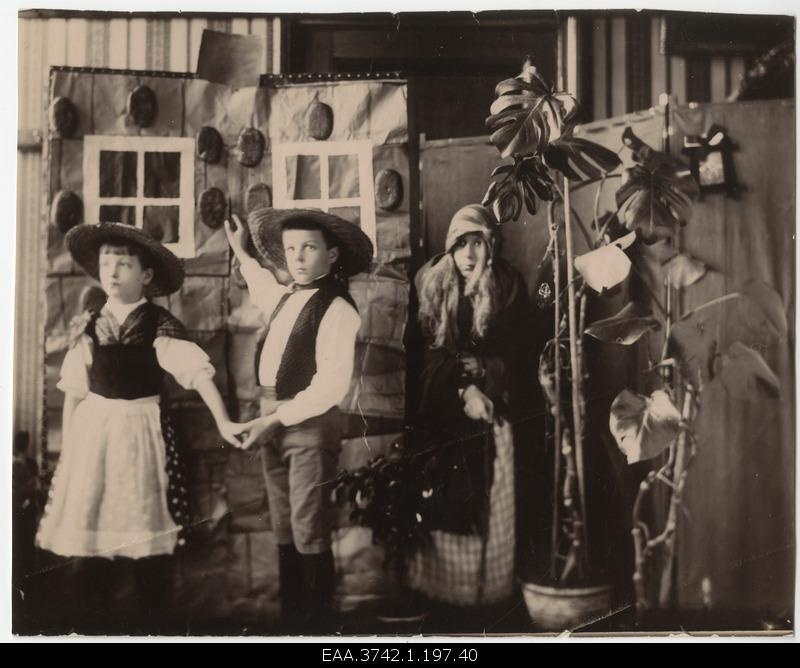 "Players Grete Raehlmann, Walter Raehlmann, Else Raehlmann in the scene of the children's exhibition ""Hansuke and Greteke"" at the witch-jacket"