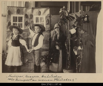 "Players Grete Raehlmann, Walter Raehlmann, Else Raehlmann in the scene of the children's exhibition ""Hansuke and Greteke"" at the witch-jacket  duplicate photo"