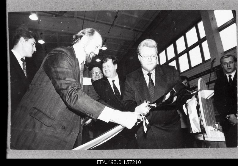 "At the opening of the factory ""Keila Kaabel"", the Estonian Prime Minister Mart Laar (best), alongside him, the Finnish Minister for Industry and Trade Seppo Käärinen, cuts the tape."