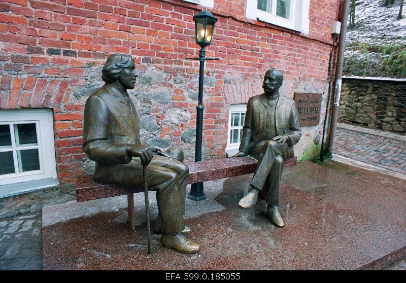 Oscar Wilde and Eduard Vilde's memorial in front of Wilde's cafe.