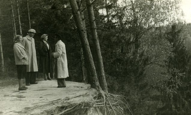 [Minni Nurme], Betti Alver, unknown and Mart Lepik in White Forest Oct. 1956