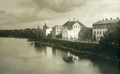 Tartu Emajõe on the left. On the left, Peetri Church, in the middle of Treffner School  duplicate photo