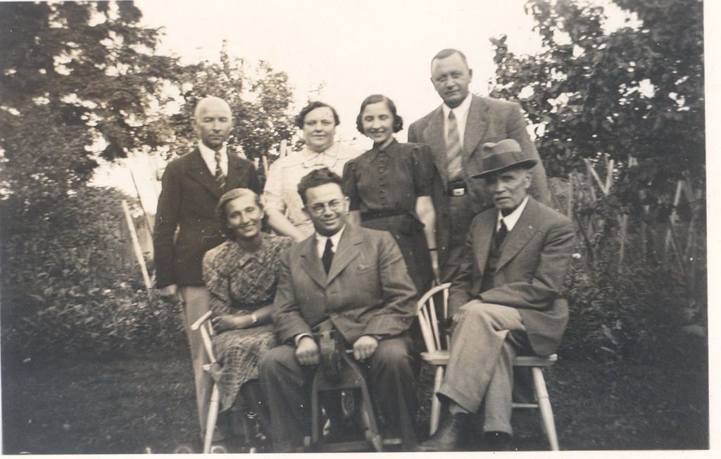 In the summer of 1939 in Pärnu, an engineer in the family of Isaku. Among others Dr. J. Kukk, K. e. Sööt and Dr. phil. J. Fazekas