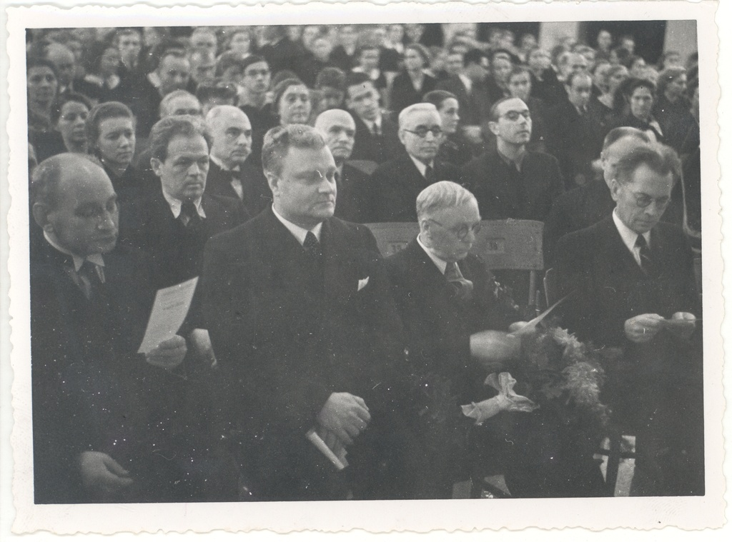 "Writer Ed. On the birthday of Hubel (mait Metsanurga) in 1939 ""Vanemuise"" organised by the public. Let's. Row a. Alle, a. Jakobson, Ed. Hubel, Fr. Tuglas; in second row J. W. Veski, K. e. Sööt, K. Lagus, V. Adams"