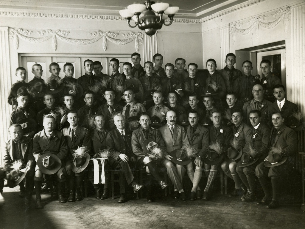 "Hungarian scouts in the editorial hall of the ""Päevaleht"". On the front row from the left: 5th editor g. e. Luiga, 7th director Fr. Uibopuu ca 19258-28 a."