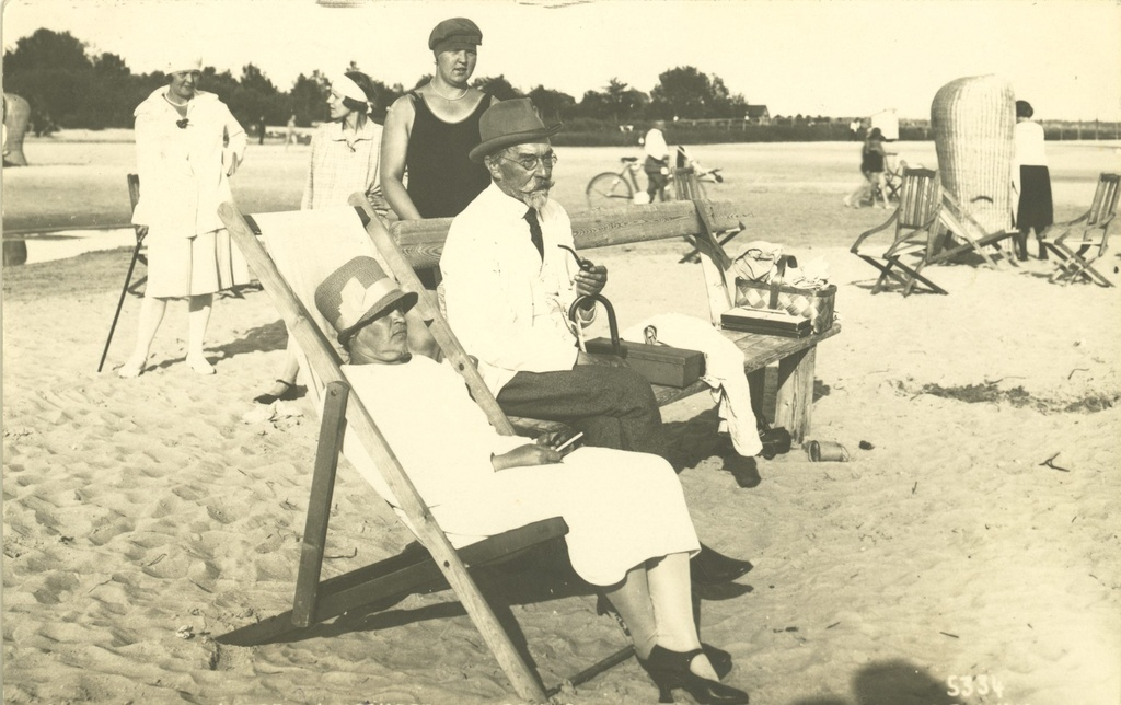 August Kitzberg's wife on the beach of Pärnu