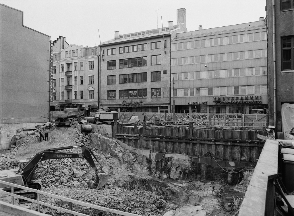 ISO Roobertinkatu 23 construction site. Behind the Great Roobertinkatu 26, 28 and 30.