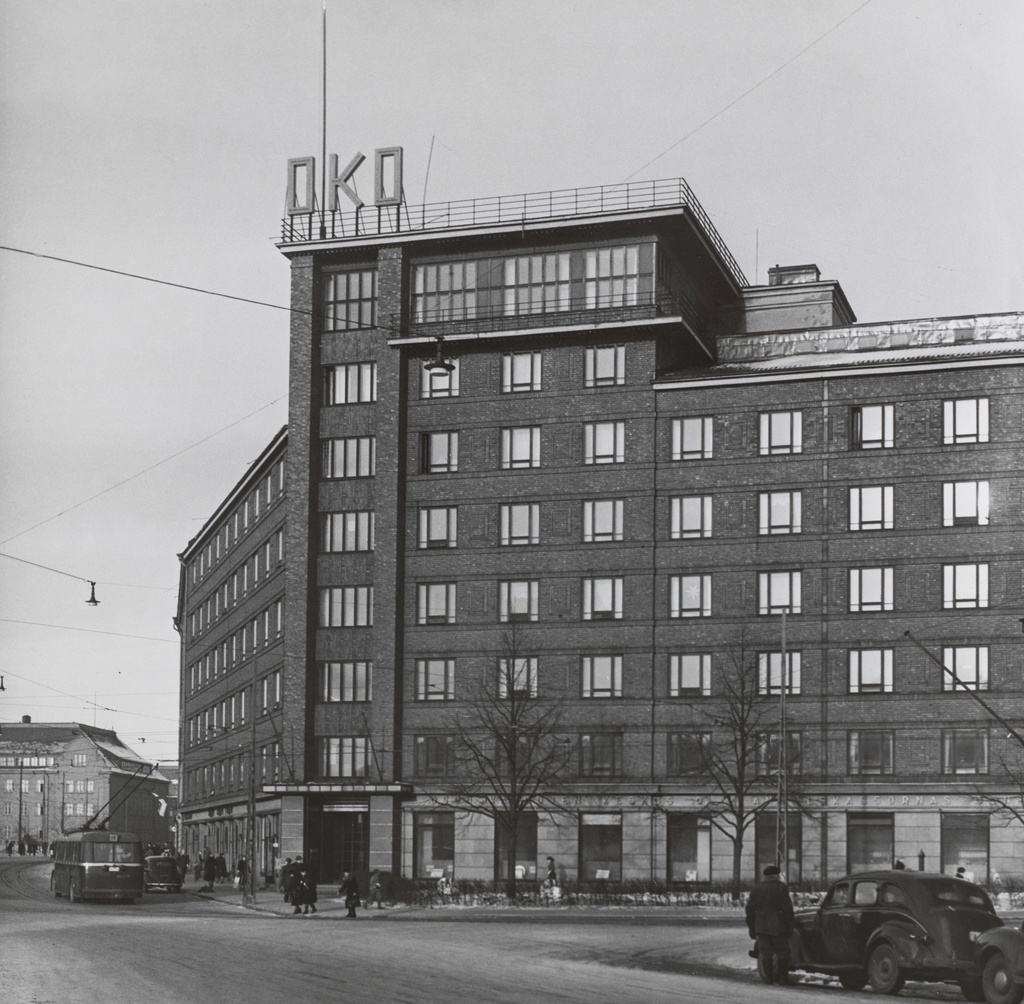 View of the crossing between Runebergin Street and Arkadian Street to the north. In the midst of the picture, Arkadiankatu 23. On the street HKL driver's car number 605 on 14 trips to Meilahte, passenger cars and taxi. On the left side of the picture there is a Girl Normallyseo building, Runeberginkatu 22-24.