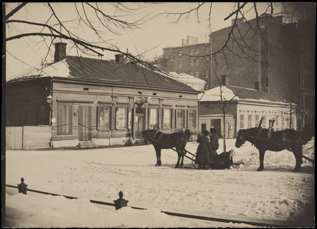 Northern Esplanaadikatu (=Pohjoisesplanadi) 33 (Mikonkatu 1) and 31 (Architect Theodor Höijer, coach. 1889) in winter. In front of the horse racing, in the wooden house on the left of the mouth f. a. Loström movement. The wooden building was completed in 1892 by Selim a. Lindqvist.