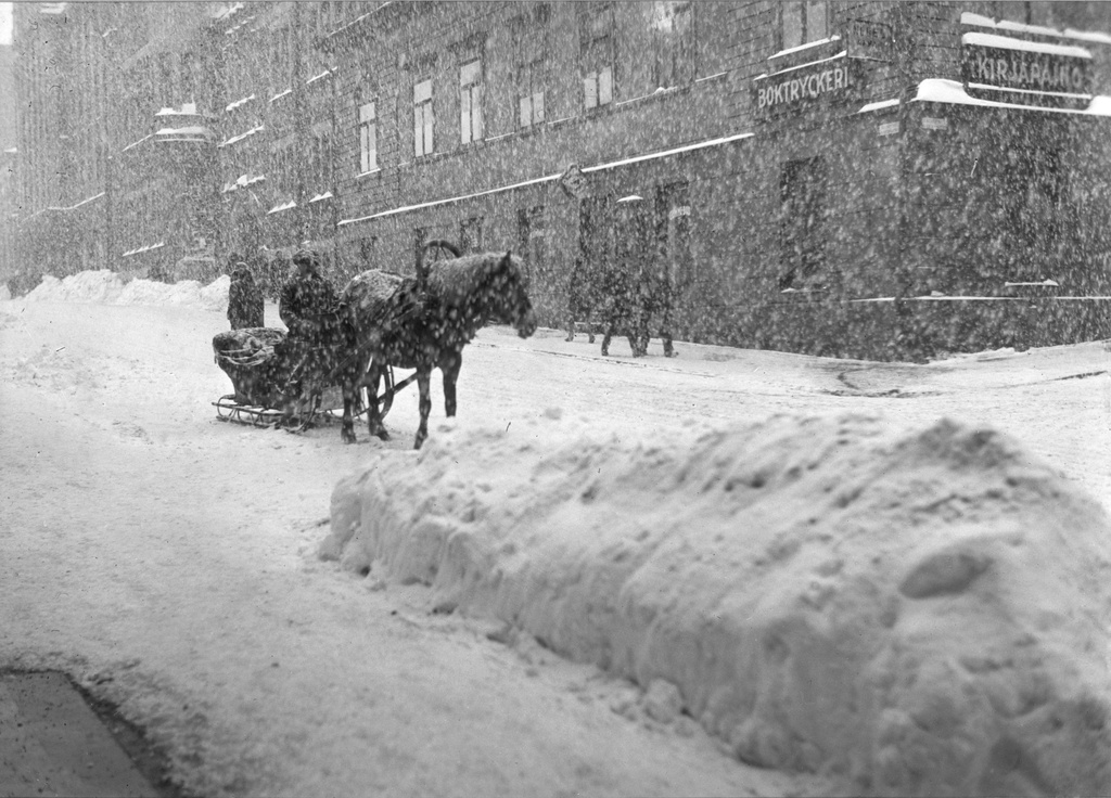 A driver on the snow edge at the armchair 42 (the building was dismantled in 1933).