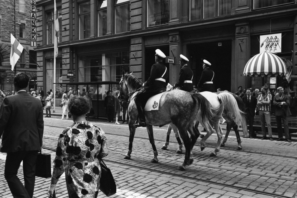 Alexanterinkatu 46. Three policemen were riding on Alexanterin Street at the opening of the walking break on Helsinki Day on 12.6.1970. The image of the Three Muskett Warriors in the Sixth Clothing Move.