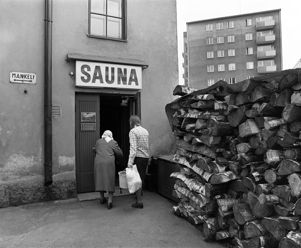 The sauna entrants. Entrance to the third line sauna.