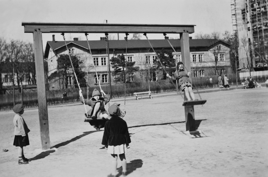 Children play at the Hesperia Esplanade playground at the North Hesperiankatu 25.