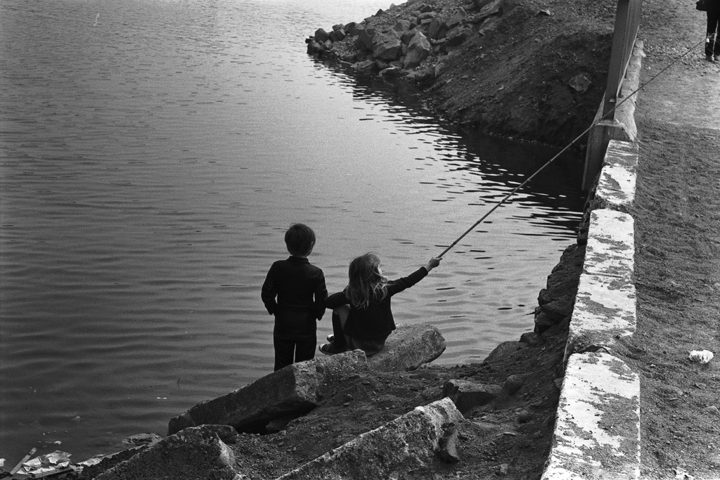 Tocoinranta. Two children on the side of the main track in a small bridge on the north-west coast of the Gulf of Animals.