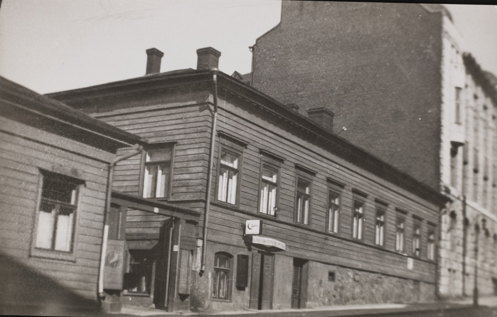 Fabianinkatu 24. This building was dismantled at the end of the 1920s and was replaced by the building of the dental medicine facility at the University of Helsinki in 1927-1931. The stone apartment building, visible behind the wooden house, was built to Fabianinkatu 26 in 1907.