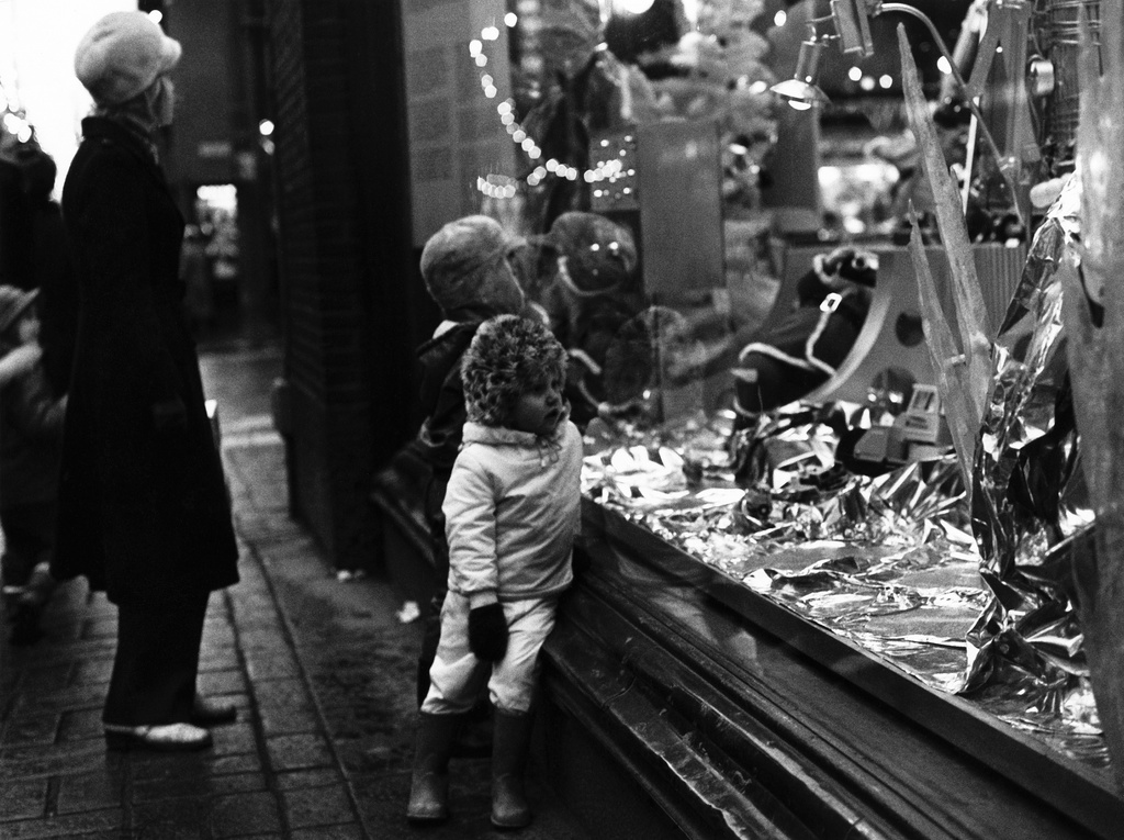 In the corner of Stockmann's storehouse, Aleksanterinkadu (52) and Keskuskadu (2) in Christmas 1971. Children wondering about the Christmas window.