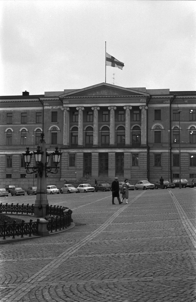 Unioninkatu 34. View from the Senate to the Union Street. Behind the main building of the University of Helsinki, on the roof of which the Finnish flag lies in the semi-tango as Chancellor of the University in 1968-1973, after the death of Pentti Renvall.