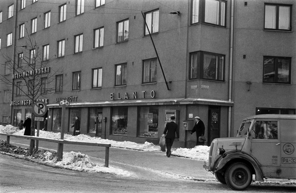 Manterheimintie 152. - Sixtie 2. Livelihood shop, meat shop, Helsinki stock bank. In front of the postal car and the postal employee are going to empty the postal box.